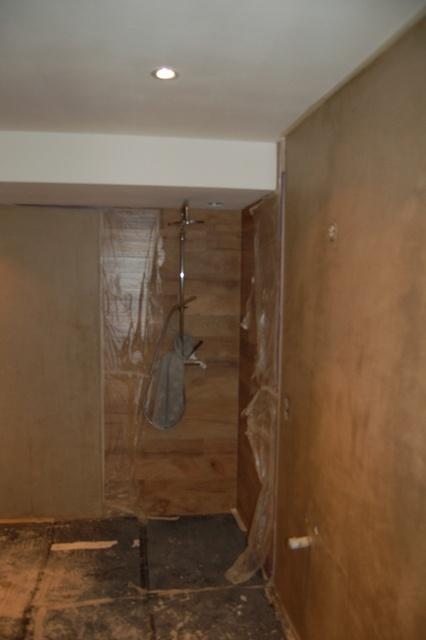 De douche past maar net onder het lage plafond...