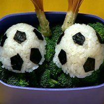 Estas bolitas de arroz futboleras son la botana ideal para ver los partidos de futbol con todos tus amigos. Les encantarán.