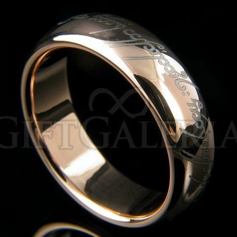 Amor Elfico, uma aliança de tunsgstênio inspirada no filme Senhor dos Anéis com inscrições em tengwar (idioma dos elfos) gravada a laser na parte externa do anel.
