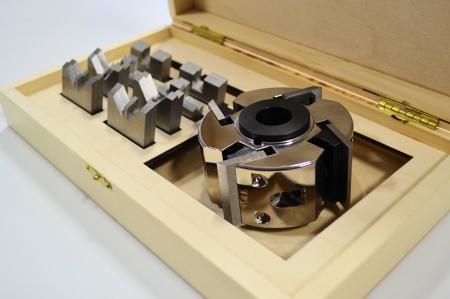 """Ensemble de Bouvetage Viel pour Façonneuse et coffret Atelier Unik-Art :    - 1 porte outils Viel PVL-114-4 à 4 couteaux avec trou de 1-1/4""""  - 4 couteaux droit de 40mm (2x VI-000)  - 4 couteaux bouvetage """"V"""" 2 faces Femelle (2x VI-071)  - 4 couteaux bouvetage """"V"""" 2 faces Mâle (2x VI-072)  - 4 couteaux bouvetage Droit 10mm Femelle (2x VI-091)  - 4 couteaux bouvetage Droit 10mm Mâle (2x VI-092)  - 2 Douilles pour arbre de 3/4"""" (POB-34)  - 1 Boîte en Bois Fabriqué par Atelier Unik-Art $250.00"""
