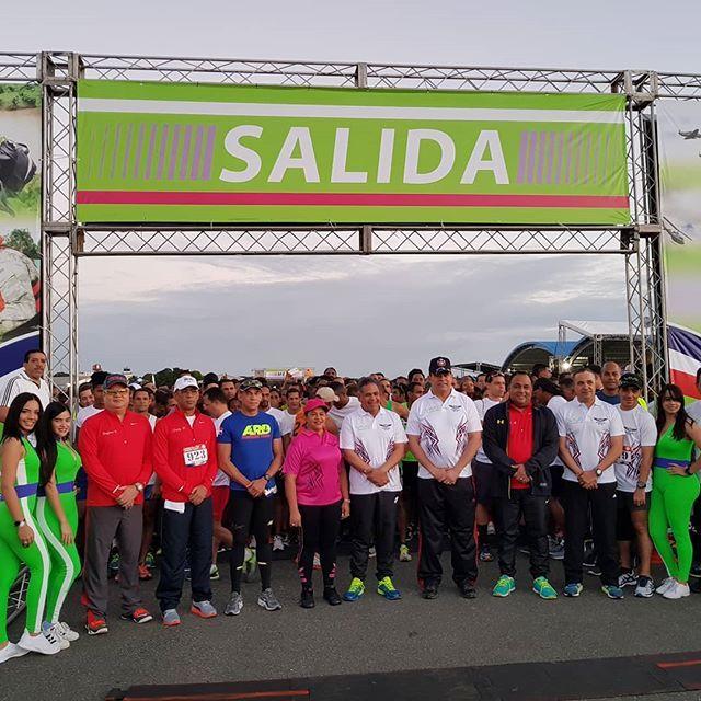 La comitiva oficial se prepara para dar inicio a nuestra Carrera 10K y 5K! #70AniversarioFARD #VolandoBajitoFARD