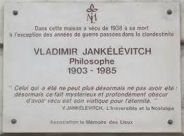 Vladimir Jankelevitch vécut à Paris (14e) au 1 Quai aux Fleurs, de 1938 à sa mort, à l'exception des années de guerre passées dans la clandestinité. (Plaque commémorative)
