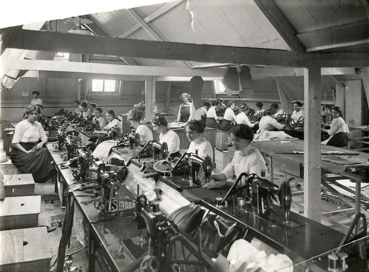 Naai-ateliers. Confectie-industrie. Vrouwen achter Singer trapnaaimachines in atelier in de lingerie- en blousenfabriek firma J.H.M van Ogtrop, Den Haag ('s-Gravenhage), 1913