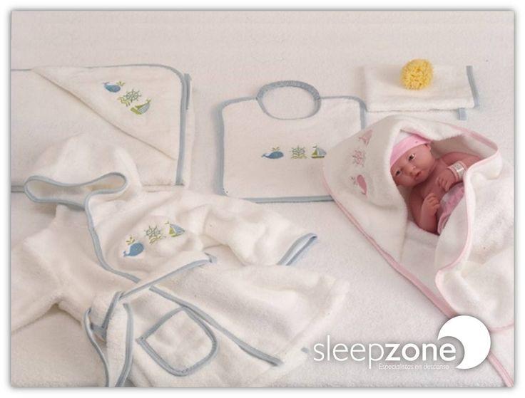 ¿Tienes que hacer un #regalo? Descubre nuestras nuevas toallas-capa para bebés de #Bomdia, con baberos a juego y todo empaquetado en una fantástica caja regalo transparente. Porque está de moda regalar lo práctico, está de moda regalar #SleepZone
