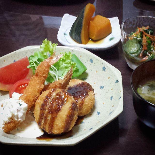copuku海老フライ、明太子とキャベツのコロッケ。小松菜とキュウリのコロッケ、アオサととろろ芋の味噌汁。  #夜ごはん #おうちごはん