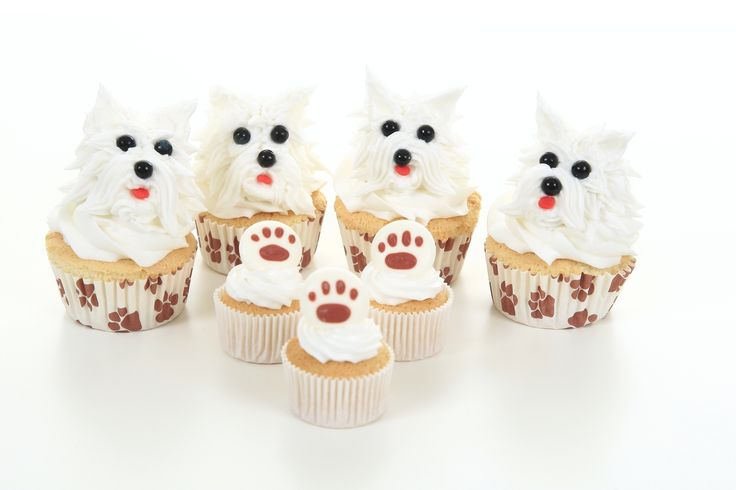 Supersöta #cupcakes spritsade med tyll 18 och dekorerade med svarta pärlor och röda pärlor. Allt finns hos SugarKitchen #sugarkitchen