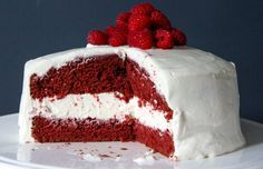 Met dit recept maak je een heerlijke red velvet taart. Een intens rode biscuit gevuld met een absurd dikke laag slagroom-roomkaasglazuur. Watertandend lekker!