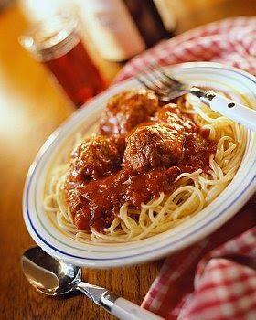 Como hacer Albondigas de carne picada, caseras, faciles, rapidas y muy ricas. Albondigas de carne de ternera en salsa con espaguetis una delicia. Receta de Albondigas de carne picada de ternera.