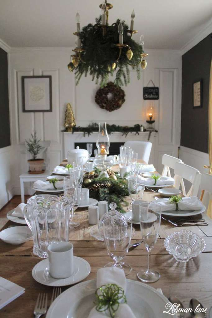 17 best ideas about christmas dining rooms on pinterest for Dining room tablescapes ideas