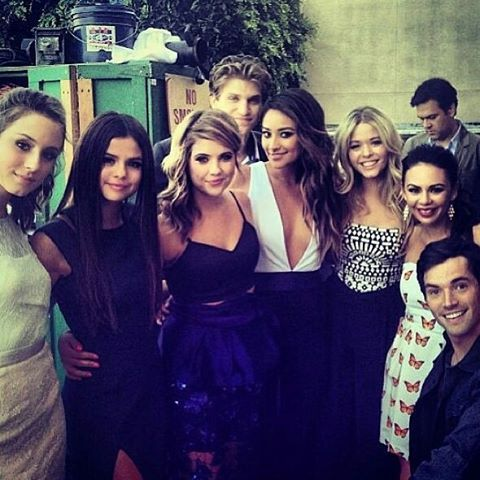 Selena Gomez with the cast of Pretty Little Liars #PLL UGH WISH I WAS FAMOUS SO I COULD DO THAT!!!