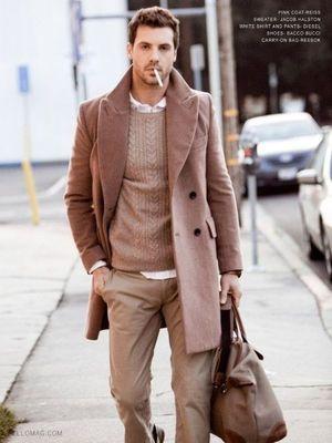 全身茶色のコーデもこの通りかっこいい。メンズ向け。クールなショップコートの着こなし。スタイル・ファッションの参考
