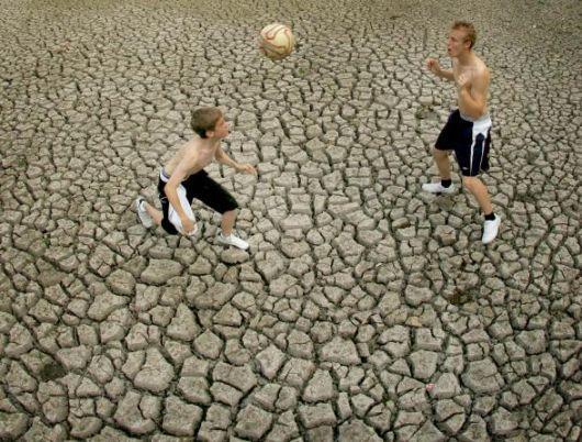 Siccità in Gran Bretagna: partita di calcio a secco, a Gerrard Cross, nel Sud del Paese
