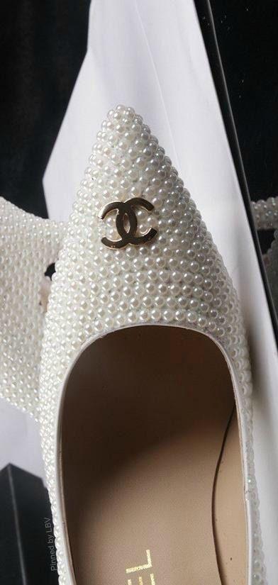 http://www.beadshop.com.br/?utm_source=pinterest&utm_medium=pint&partner=pin13 Sapato Chanel com pérolas Chanel Pearls Shoes