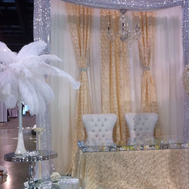 Expo Stand Backdrop : Bring in a different colored backdrop to stand out from