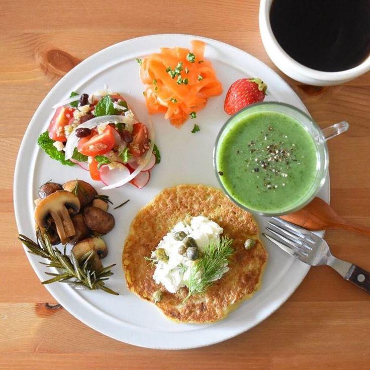 Today's breakfast. 今朝はほうれん草のポタージュに、じゃがいものパンケーキ。このGWは家でやらなきゃいけない仕事もあって実はけっこう焦ってるんだけど、でも晴れのGW初日、楽しい気分で始めたかったので、今朝の一曲はウガンダのDream Galzっていういうセクシー姉さんグループの「Weekend」。