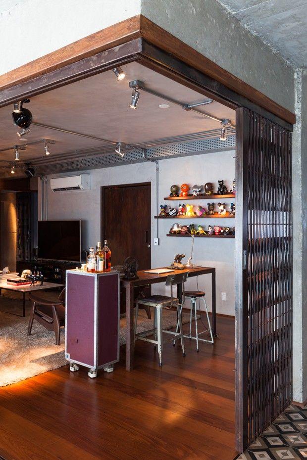 """O clima de loft e a atmosfera masculina foram o ponto de partida para a reforma deste apartamento novo, vizinho ao parque do Ibirapuera, em São Paulo. """"Foi um caso um pouco atípico. O morador nos contratou assim que comprou o apartamento na planta porque já gostava do trabalho do escritório"""", revela Verônica Molina, do Estúdio Penha. Logo que adquiriu o imóvel, o dono do apartamento, recém separado, pediu para que os arquitetos estudassem o layout e propusessem intervenções, junto à…"""