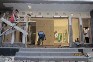 Desain Rumah Mr. Eko, Madiun ~ Pekerjaan Pasang Daun Pintu Lipat 6 Daun ( Agustus 2012 )