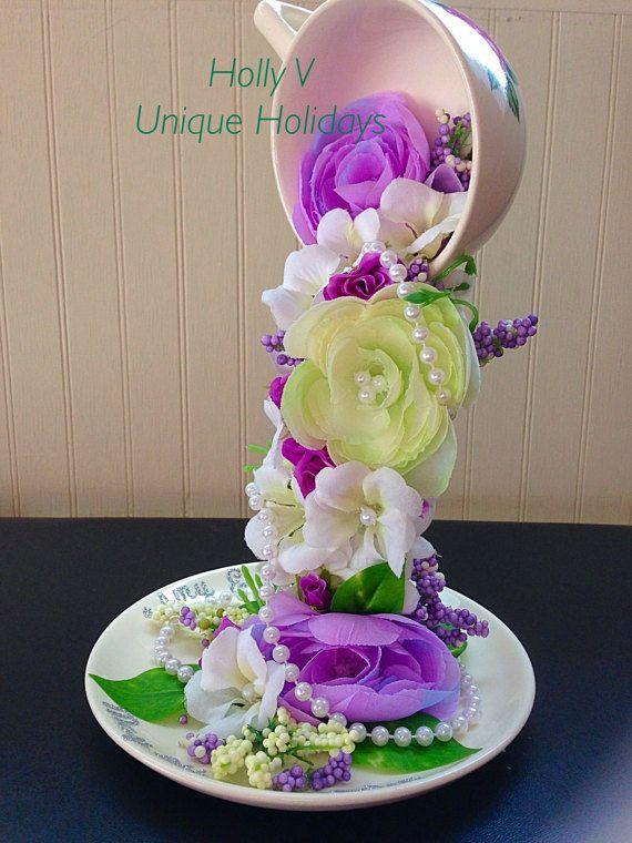 Adorno con taza y plato y flores claros y detalles de perlas