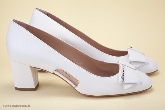 Pakerson décolleté shoe completed with an elegant Cuban heel in natural leather. - Décolleté Pakerson impreziosita da elegante tacco applicato in cuoio naturale. http://store.pakerson.it/woman-decolletes-27299-bianco.html