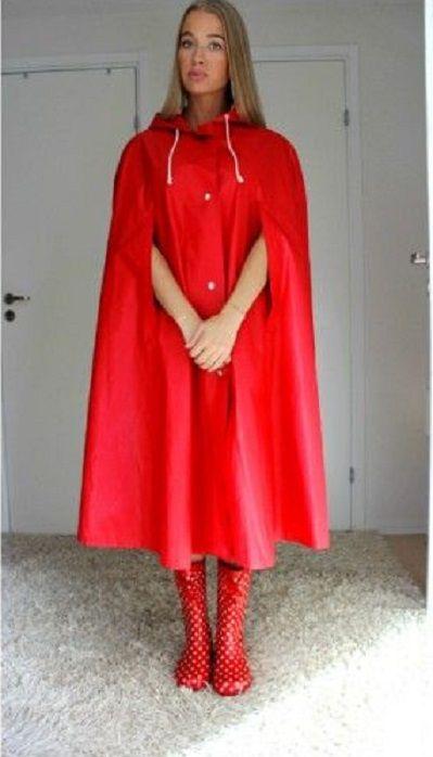 Ein braves Mädchen zeigt ihr neues rotes Regencape ...