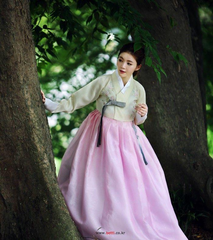 Korean traditional clothes.(한복) #여자한복대여 #이쁜한복 #멋진한복 #한복사진 #모델사진 #예쁜모델 #hanbok #korean #girl #lady #modern #snap #dress #베틀한복 #맞춤한복 #한복대여점 #한복대여전문점 #한복스냅사진