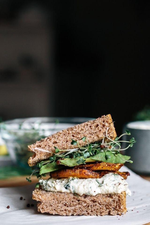 sandwich vegetariano barbabietole + avocado + tzatziki