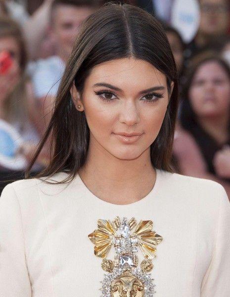 Rien ne va plus au royaume des Kardashian-Jenner. Après l'affront de Brody Jenner à sa demi-sœur Kim Kardashian en ne venant pas à son mariage avec Kanye West en Italie, c'est désormais Kendall Jenner qui fait parler d'elle.  http://www.elle.fr/People/La-vie-des-people/News/Kendall-Jenner-veut-se-separer-du-clan-Kardashian-2736147