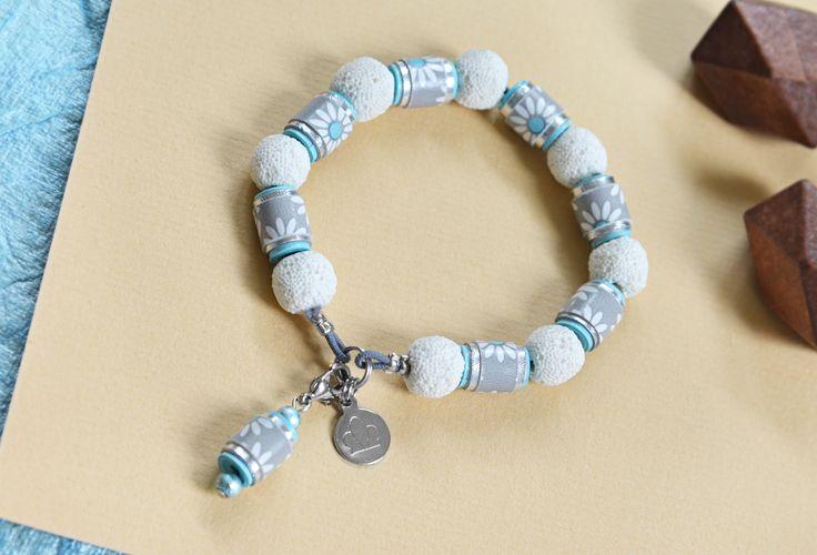 paper jewelry ☁ Papier Armband Gummi Charm Hellblau-Weiss (30815) www.s-chick.de ☁ #paper #papier #weiss #white #blue #hellblau #schmuck #armband #armkette #jewelry #paperbeads #braclet