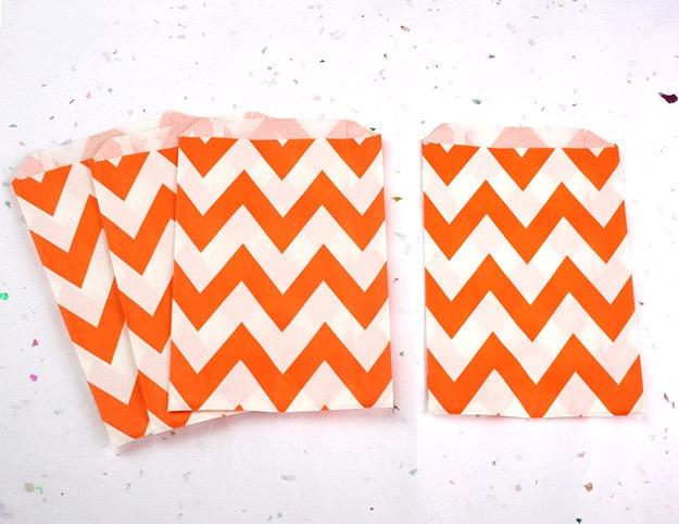 12 oranje papieren chevron zakken van kidspartykitchen via http://nl.dawanda.com/