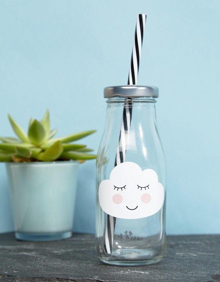 """*Werbung* Sass & Belle – Mini Cloud – Milchflasche Milchflasche von Sass Belle, transparentes Obermaterial, Wolkendesign, Deckel mit Schraubverschluss, Trinkhalm. Das Geschenkartikellabel Sass Belle liebt es, dich mit """"den kleinen Dingen im Leben"""" glücklich zu machen. Zuhause ist man, wo die Beleuchtungen, Tassen, Spardosen und Schreibwaren des Labels zu finden sind. #Milchflasche #Wolke #Küche #Geschenke #Trinken"""