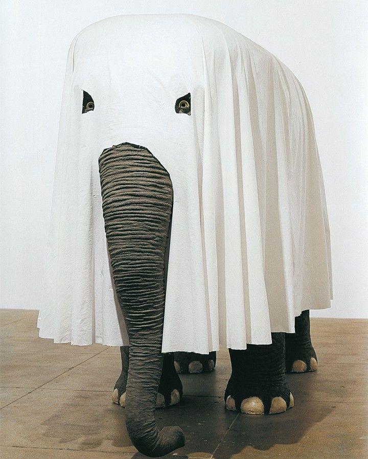 Maurizio Cattelan, Not Afraid of Love, 2000. Stirene, poliestere, pittura, tessuto, capelli, 205 x 312 x 137 cm. Collezione Rubell Family, Miami. Foto: Attilio Maranzano.