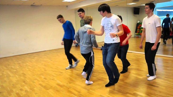 Elevene i 3STA har kreativdans på timeplanen i kroppsøvingsundervisningen. Og hva er vel ikke mer naturlig for disse guttene enn å lage en dans som en hyllest til jentene i klassen, mens de andre guttene viser rytmer fra Østen. Enjoy!