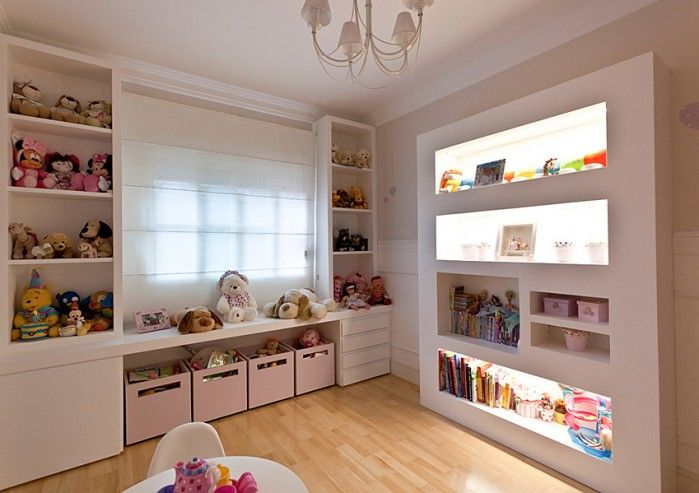 Love the built-in lighted book shelves. A must do in my home.