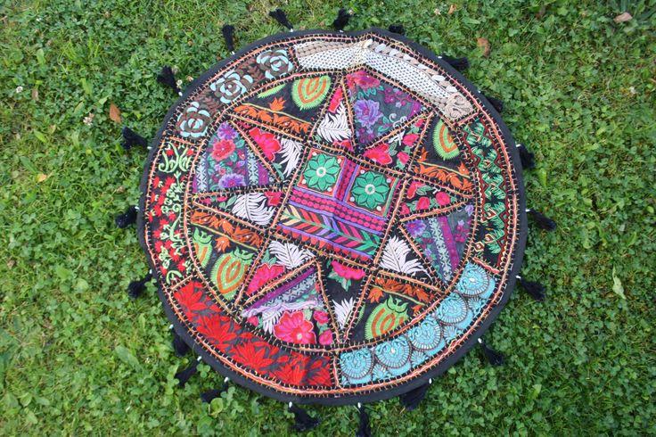Bestickter Patchwork Wandbehang, runde Tischdecke, schwarz  ethno,boho,  bunt, handbestickt von TheShantiHome auf Etsy