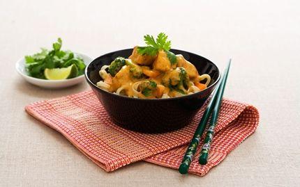 Nudlar med kyckling, broccoli och röd curry