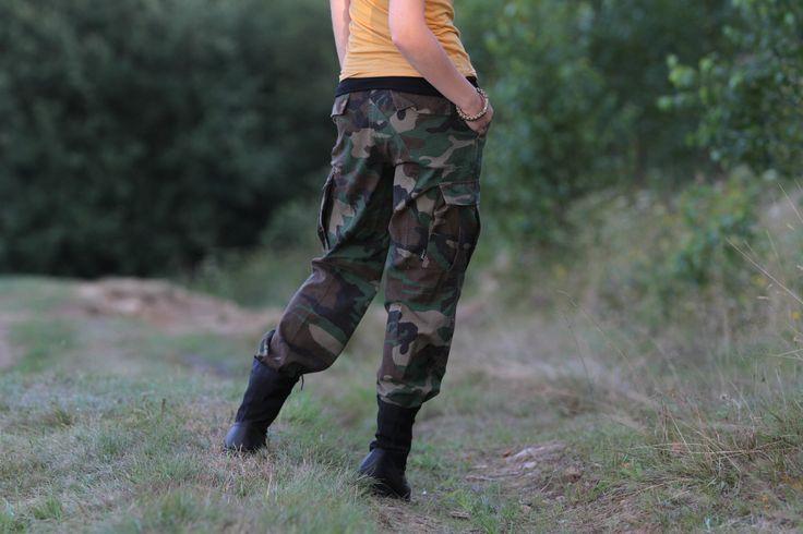 """Pás možné mierne pritiahnuť """"popruhmi"""". Na najviac namáhaných miestach, na kolenách a na zadku, je zdvojená látka. http://www.armyoriginal.sk/1964/40226/damske-maskace-us-bdu-woodland-sprane-miltec.html"""
