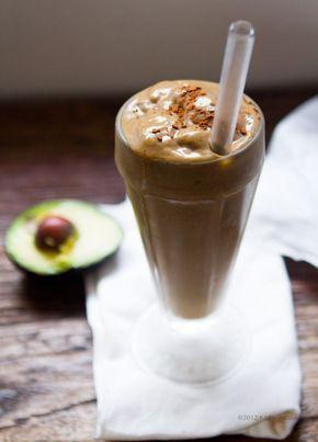Смузи из авокадо с кокосовым молоком и какао - вкусный десерт для жары