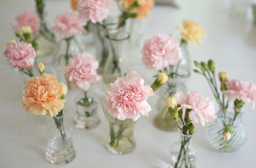 Vi dekorerade borden med enstaka nejlikor i glasvaser i olika storlekar.