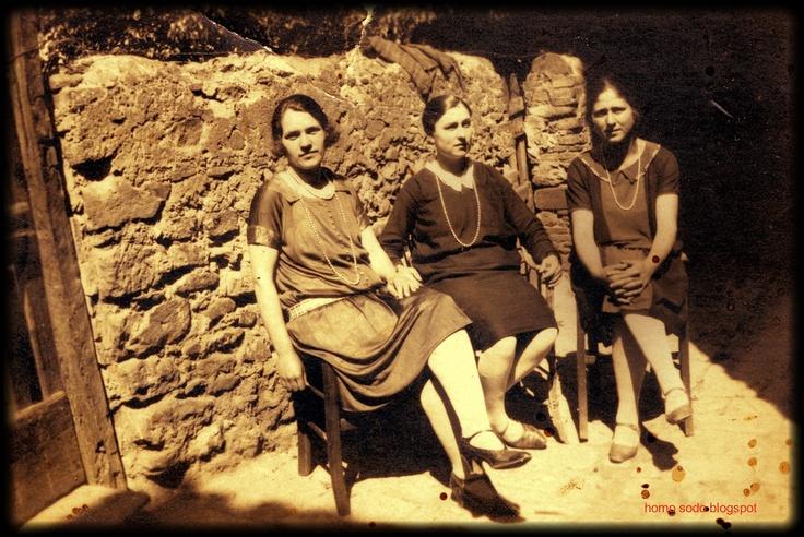 Scarlino (Maremma Toscana). 1927.  Tre Donne in Via di Mezzo.