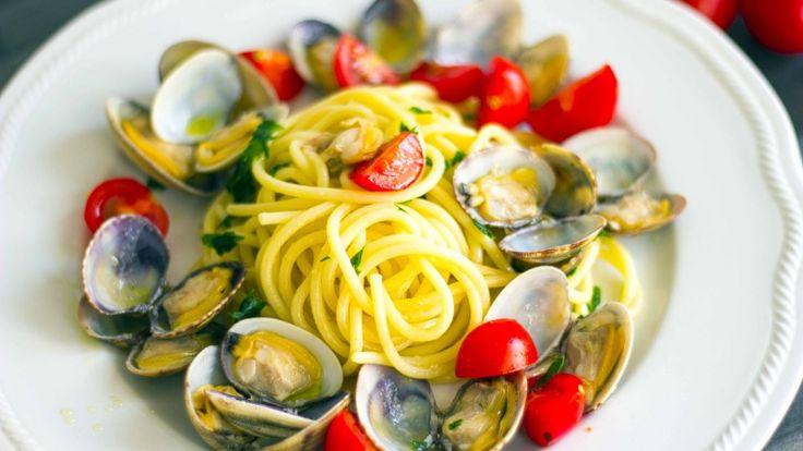Spaghetti alle vongole con pomodorini freschi e zenzero http://winedharma.com/it/dharmag/luglio-2015/ricetta-di-mare-spaghetti-alle-vongole-con-pomodorini-e-zenzero