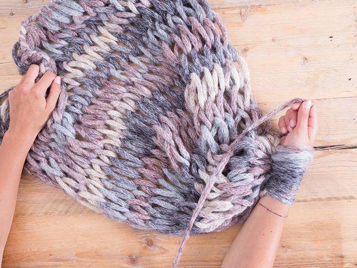 Wolldecke mit den Armen stricken: Armstricken Decke