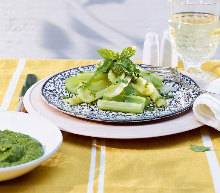 Beim Dämpfen behält der Sellerie nicht nur seine intensiv grüne Farbe besonders gut, er verliert auch nichts von seinem besonderen, leicht salzigen Aroma.