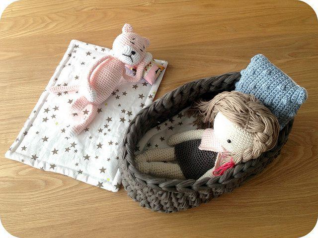 Amineko + Ma Poupée au crochet - couffin en traphilho lien vers tuto  // Un Grain de Cel