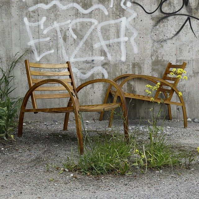 Spice up your outdoor decor. Two easy chairs and a table. Lot 676573. #bukowskismarket #chair #retro #easychair #outdoor #decor #stolar #stol #vintage #home #auction #auktion #midsommarkransen #instadaily #style #picoftheday #furniture