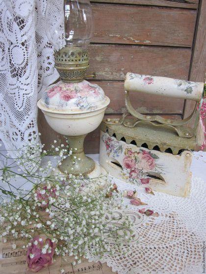 Купить или заказать Интерьерный комплект 'Дивный розовый сад' в интернет-магазине на Ярмарке Мастеров. Старинный утюг и керосиновая лампа в новых нарядах..дополнит интерьер в стиле прованс,шебби..привнесет в ваш дом чуточку романтики...…