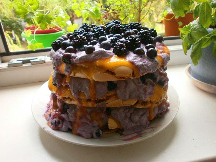 Tort bezowy z lemon curdem i kremem jagodowym,