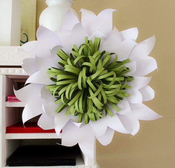 Esta impresionante, gigante flor de papel es un pedazo hermoso de la decoración para una boda, evento, o para su hogar. Esta flor se combinan con diferentes estilos para crear un magnífico telón de fondo. El diámetro es de 16-18. Enviar un mensaje si quieres que un tamaño más pequeño. Esta flor está hecha con cartulina de primera calidad para la durabilidad.  Cada pétalo es corte, esculpido y meticulosamente montado. Flores serán ligeramente diferentes entre sí y hecho a la medida. Es una…