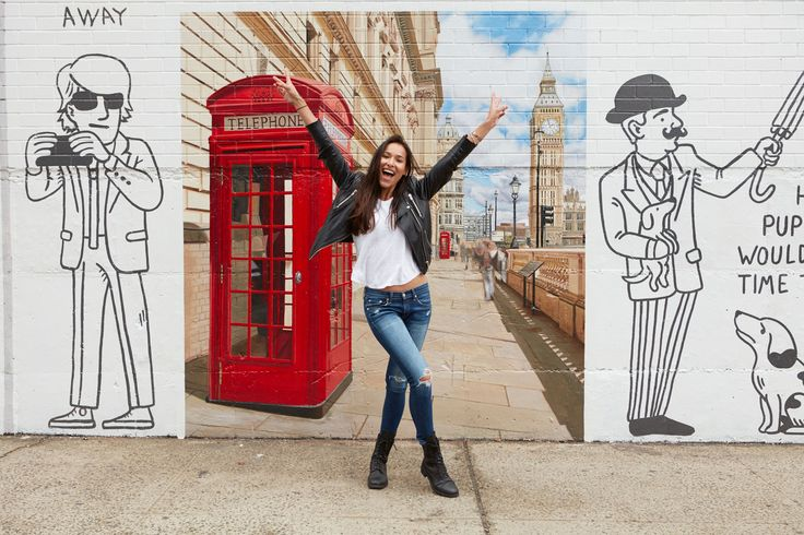 Delta Painted Exotic Locales on a Brooklyn Wall for Singles to Snap Selfies Like They're World Travelers – Adweek
