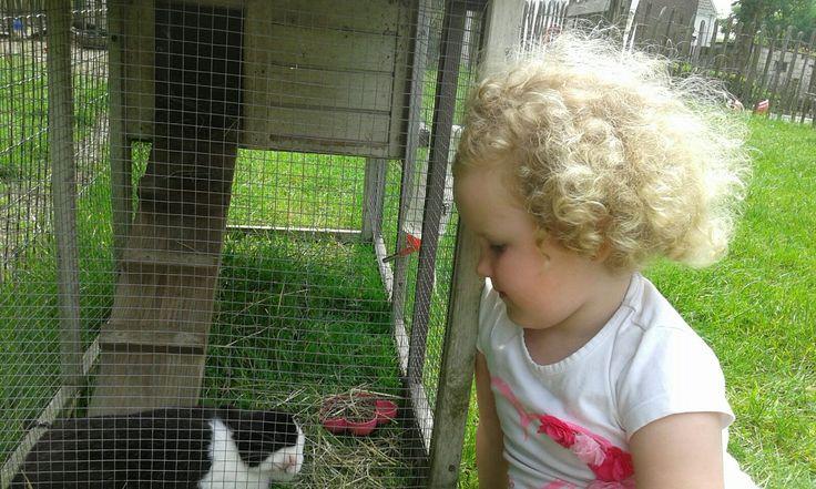 Annely bij haar konijn