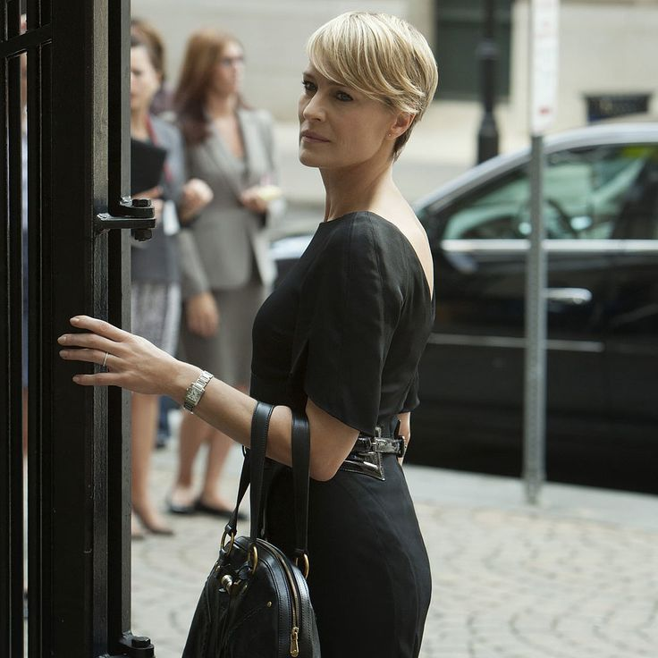The dress & look is gorgeous, but man, I love her hair! This might have to be my next cut.